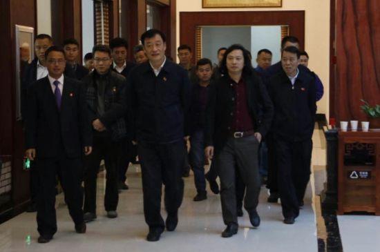 政府省长刘奇在中国传统工艺美术大师张如东的陪同下参观广丰木雕城.