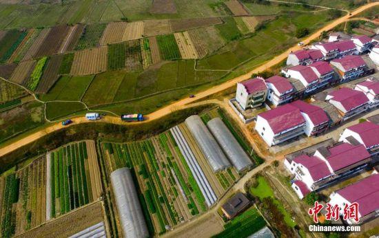 2月21日,航拍江西省新余市渝水区罗坊镇的农田.