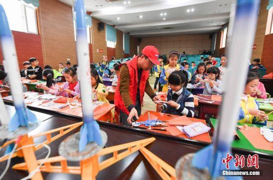 江西小学生亲手制作飞机火箭模型