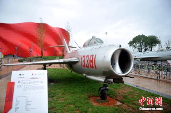 80米,高8.58米,是前苏联安东诺夫飞机设计局研制的双发中型运输机.