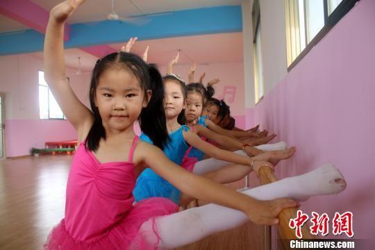 暑期里,这些热爱舞蹈的小女孩们,扎堆学舞蹈,快乐过暑假.