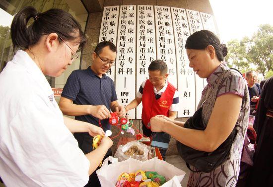 江西省中医院向市民赠中药香囊共迎端午