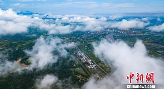 6月23日,航拍下的江西新余市分宜县大岗山山脉云雾缭绕. 赵春亮 摄