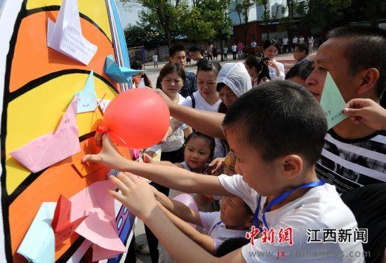 九江一小学举办新生入学仪式 踩红毯进校园